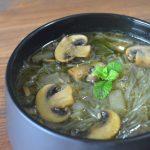 Sopa china de fideos y champiñones.